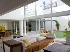 20 duplex et triplex qui font rêver Duplex, Courtyard House, Outdoor Furniture, Outdoor Decor, Architecture, Decoration, Fonts, Windows, Patio