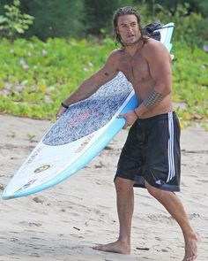 Jason Momoa with his sexy self on the beach and we love it, YES! Jason Momoa Aquaman, Baby Daddy, Beach Mat, Surfing, Outdoor Blanket, Husband, Actors, Sexy, Swimwear