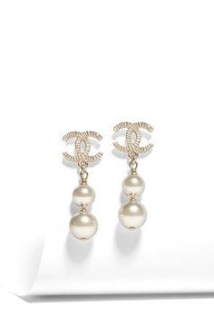ピアス - シャネル 公式サイト: CHANEL.COM | メタル & コスチューム パール-ゴールド Chanel Official Website, Chanel Fashion, Costume Jewelry, Jewelry Collection, Versace, Pearls, Costumes, Gold, How To Wear