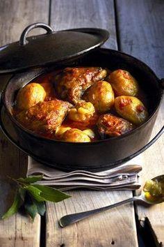 Hoenderkerrie-pot, Onthou, jy maak 'n pot, nie 'n bredie nie! 'n Bredie roer jy, maar 'n pot (verkieslik oor 'n houtvuur) roer jy glad nie. Die bestanddele word in lae gepak en moet stadig prut Braai Recipes, Meat Recipes, Cooker Recipes, Chicken Recipes, Healthy Recipes, Recipies, Chicken Meals, South African Dishes, South African Recipes