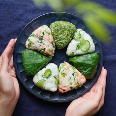 「緑の彩りおむすびプレート」のレシピと作り方をご紹介。小松菜やきゅうり、あおさ海苔で夏らしい緑いっぱいのおむすびを作りました。塩だしで浸した小松菜はあっさりとした風味で食欲のない夏にもぴったり!冷めてもおいしいのでぜひ作ってみてくださいね。 Japanese Food Dishes, Japanese Food Sushi, Cute Food, Good Food, Yummy Food, Clean Recipes, Cooking Recipes, Healthy Recipes, Onigirazu