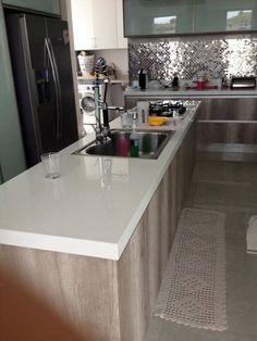 Pia de porcelanato cozinha em ilha Going Home, Kitchen Decor, Kids Room, Sweet Home, Room Decor, Layout, House, Design, Granite Kitchen Sinks