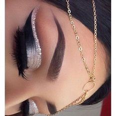 Silver #eyeshadow with #crease #highlighted with a vey pale rosa liner with silver glitter on top @stylexpert