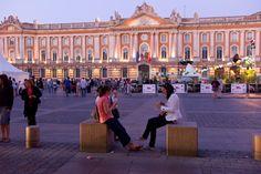 La Place du Capitole est aussi un lieu sublime de détente, de partage et de fête. Toulouse, Place Du Capitole, Ville Rose, Louvre, Street View, France, Travel, Relaxing Places, Viajes