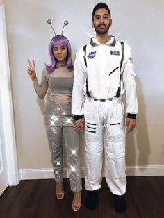 cute halloween costumes Alien and Astronaut couple costume Halloween nasa Couples Halloween, Cute Couple Halloween Costumes, Best Couples Costumes, Halloween Kostüm, Family Halloween, Halloween Outfits, Cool Costumes, Halloween Recipe, Halloween College