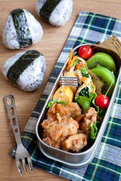 日本人のごはん/お弁当 Japanese meals/Bento. Yukari rice ball, fried chicken, cherry, and kiwi. 紫蘇ごはんのおむすび弁当♫