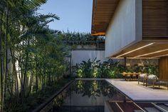 Le petit jardin caractéristique de cette maison citadine est transformé en joli outdoor zen