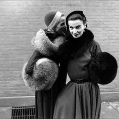 Full Circle #fur #muff #barrelmuff #scarf #stole #shoulder #1950s #blackandwhite #gordonparks #cinchedwaist #belted #fullskirt #woolcap #fashion #style #mode #handwarmer #keepitchic #globalstyle #manoswartz #est1889