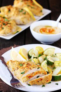Easy hummus-crusted chicken (ingrediënten: kipfilet, groenten, hummus, citroen en smoked paprikapoeder of sumak) (@ Gimme Some Oven)