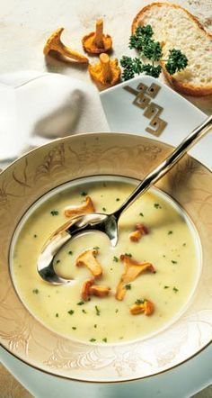 Recipe for cream cheese soup with chanterelles - Rezepte - Dinner Recipes Easy Soup Recipes, Vegetarian Recipes, Snack Recipes, Cooking Recipes, Chanterelle Recipes, Quick And Easy Soup, Good Food, Yummy Food, Soup Kitchen