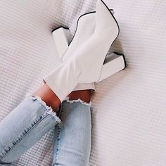 Cute and classy white boots paired with jeans, perfect for work or a night out, party clothes Buy Shoes, Me Too Shoes, Women's Shoes, Shoes Style, Shoes Men, Fashion Boots, Sneakers Fashion, Fashion Outfits, France Mode