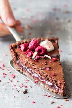 Keto Snacks Discover Vegan chocolate mousse raspberry tart (almost raw) - Lazy Cat Kitchen vegan chocolate raspberry mousse tart Raw Desserts, Vegan Dessert Recipes, Raw Food Recipes, Sweet Recipes, Delicious Desserts, Yummy Food, Health Desserts, Kitchen Recipes, Plated Desserts