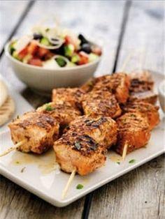 Brochette de saumon de Norvège et sa salade grecque : La recette minceur de la semaine - Journal des Femmes