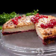 Der Johannisbeer-Quark-Kuchen ist ein perfektes Gemisch aus Streusel-, Obst und Käsekuchen. Das Rezept is wie immer low-carb und glutenfrei.