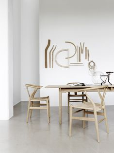Wishbone Chair - The iconic Hans Wegner chair with a unique Scandinavian design Hans Wegner, Chair Design, Furniture Design, Wall Design, Comfortable Dining Chairs, Moraira, Vintage Design, Wishbone Chair, Dining Room