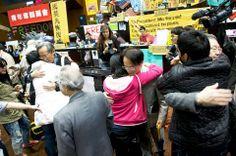兩個世代的傳承 一個深深的鞠躬和擁抱 | 民報 Taiwan People News