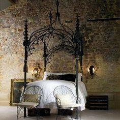 chambre gothique avec lit en métal ornementé