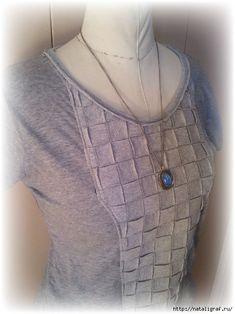 «Tissage» de bandes de tissu ajouté au devant d'un T-Shirt, en guise de décoration.