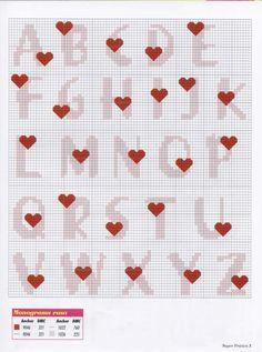 Letras con corazones en punto de cruz.