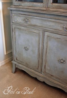 how to get this finish.......coat of Old White then coat of Paris Grey brushed on in uneven strokes