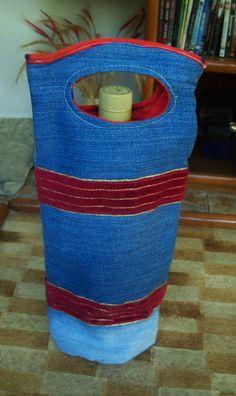 Embalagem porta vinho, ou qualquer outra bebida que você queira presentear. Confeccionada em tecido jeans externo e estampado interno. Com detalhes de fita decorativa, alça para transporte.
