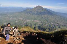 Okt'10 - Pemandangan Gn. Sindoro dari Gn. Sumbing, Jawa Tengah (3371 mdpl)
