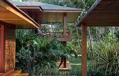 O projeto de David Bastos em Trancoso destaca-se pelo prolongamento dos espaços internos para o exterior em grandes varandas e pergolados. As três suítes são avarandadas. A foto mostra uma delas