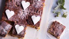 Klassikkoakin on lupa hieman tuunata. Tämä mehevä englantilainen hedelmäkakku pellillä leivotaan helposti ja koristellaan uudeksi sokerimassakoristeilla. Candy, Muoto, Baking, Sweet, Desserts, Christmas, Food, Ideas, Tailgate Desserts