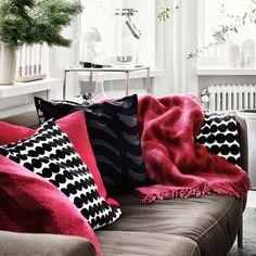 The Marimekko Rautasänky Wool Blanket features Maija Isola's Rautasänky print, simple strokes which are an interpretation of an old-fashioned iron bed.