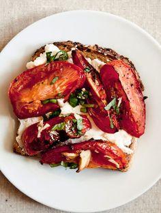 Recettes tartines salées ● tomates grillées, associé à de la ricotta, du basilic, un fond de moutarde et un trait de vinaigre balsamique.