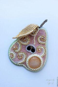 "Броши ручной работы. Ярмарка Мастеров - ручная работа. Купить Брошь ""Груша"". Handmade. Брошь груша, брошь вышивка бисером Bead Embroidery Jewelry, Fabric Jewelry, Beaded Embroidery, Beaded Jewelry, Beads Pictures, Lesage, Beaded Animals, Beaded Brooch, Brooches Handmade"