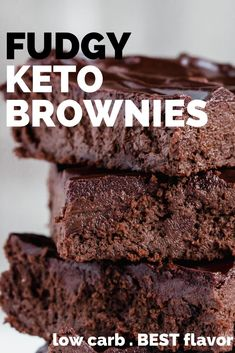 Fudgy Keto Brownies - This keto brownie recipe is probably one of the best I have made. They are so moist and filled with chocolaty flavor. Gluten free too! My non low carb friends devoured this easy… Keto Desserts, Keto Dessert Easy, Keto Friendly Desserts, Dessert Recipes, Holiday Desserts, Lunch Recipes, Keto Brownies, Keto Cookies, 100 Calories