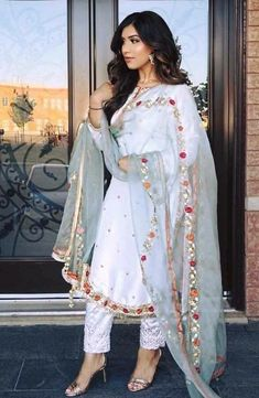Source by dresses fashion Pakistani Fashion Party Wear, Pakistani Formal Dresses, Pakistani Wedding Outfits, Indian Bridal Fashion, Pakistani Dress Design, Punjabi Fashion, Dress Indian Style, Indian Dresses, Indian Outfits