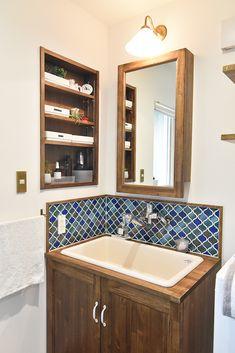 ナチュラル・ヴィンテージ|洗面アイデア #洗面所 #洗面器 #洗面台 #水栓 #ナチュラル #ヴィンテージ #タイル #ニッチ収納 #収納 #ニッチ #ブラケットライト #照明 #naturl #vintage #washroom #interior Corner Bathtub, Toilet, Sink, Room Decor, Shower, Mirror, The Originals, Bathroom, House