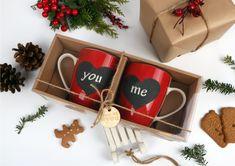Zestaw 2 klasycznych kubków z motywem serc nie tylko pozwolą się cieszyć smakiem ulubionego napoju, ale również wyrażają uczucia i poprawiają nastrój. Zestawy idealne na prezent z okazji walentynek czy jako drobny upominek pod choinkę. #prezentpodchoinkę #pomysłnaprezent #bożenarodzenie Gift Baskets, Gift Wrapping, Gifts, Porcelain Ceramics, Rome, Sympathy Gift Baskets, Gift Wrapping Paper, Presents, Wrapping Gifts