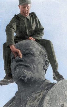 German Soldier Mocking A Statu is listed (or ranked) 12 on the list Colorized WWII Photos From The German Side German Soldier, German Army, Vladimir Lenin, Best Army, Colorized Photos, History Photos, Panzer, Weird World, Luftwaffe