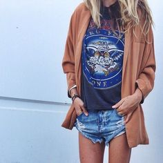 Look T-Shirt estampada, short jeans e camisa oversized marrom