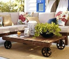 Construire table basse palette – récup et déco simpa - pallet-à-roulette-naturel-coussin-en-fleurs-et-ivoire-véranda