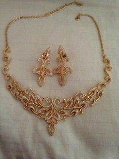 Studded necklace in Gold Jewellery Design, Gold Jewelry, Jewelery, Gold Necklace, Luxury Jewelry, Necklace Set, Jewelry Patterns, Necklace Designs, Pendant Jewelry