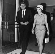 Jackie and her husband John Kennedy leaving St. Mary's hospital in Palm Beach, Florida, John Kennedy, Jackie Kennedy Style, Les Kennedy, Jacqueline Kennedy Onassis, Kennedy Wife, Caroline Kennedy, Marius Et Jeannette, Celebridades Fashion, Jaqueline Kennedy