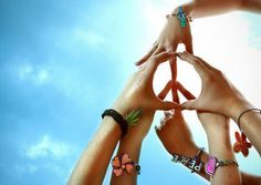 Peace sign made out of hands Hippies Hippie Man, Hippie Style, Happy Hippie, Hippie Peace, Hippie Music, Hippie Chick, Boho Style, Nail Art Hippie, Foto Fun