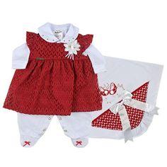 f3645e7df42e Saída Maternidade Menina · Composto por um macacão branco básico com  lacinhos vermelhos no pé, manta de algodão com