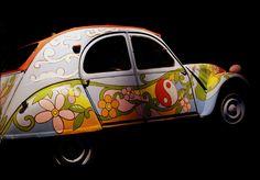 """Alla rivoluzione sulla 2Cv  Torino, Museo dell'Automobile  La Citroën 2CV (deux chevaux - francese, letteralmente """"due cavalli"""", dalla valutazione dei cavalli fiscali in Francia) è un'autovettura utilitaria prodotta dall'industria francese Citroën dal 1948 al 1990."""