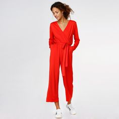 Jumpsuit by JUNKYARD XX-XY.   - Closes with strap at waist and back. - V-Shaped collar. - Lownecked back. - Cropped legs. - Side pockets. - Strechy fabric.   Material: 95% Polyester, 5% Elastane.   The model is 173 cm and she is wearing size S.