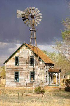 Abandonded house and windmill in Colorado Old Buildings, Abandoned Buildings, Abandoned Places, Abandoned Farm Houses, Old Farm Houses, Abandoned Homes, Western Saloon, Country Barns, Old Barns