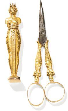 Petit étui à écriture et paire de ciseaux à couture en or, Paris, 1809-1819 A SMALL GOLD WRITING ÉTUI AND A PAIR OF SEWING SCISSORS, MAKER'S MARK ILLEGIBLE, PARIS, 1809-1819