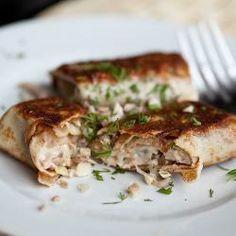 Начинка из курицы---------------------------------- 500 г куриной грудки 100 г сыра 1 луковица 2 ст.л. сметаны 2 зубчика чеснока 2 ст.л. сливочного масла масло для жарки