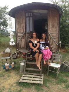 A young gypsy woman and her mother. Wish I knew more but I can't read French!