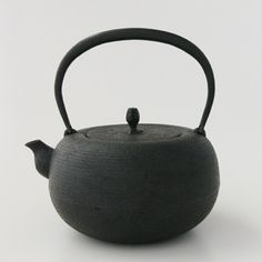 Nobuho Miya Made in Japan Cast Iron Kettle, Clay Teapots, Chawan, Brewing Tea, Wood Tools, How To Make Tea, Tea Ceremony, Earthenware, A Table
