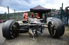 Les débris de la voiture de Pastor Maldonado après son accident dans un deuxième séance d'essais libres